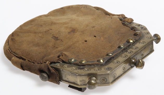 sporran 18e siècle - Peau de cerf et laiton - musée de Glasgow - ref: E.1940.45.db