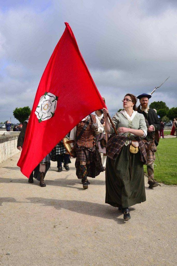 Saor Alba défile avec le drapeau à la rose jacobite, auteur inconnu (si vous reconnaissez votre cliché, signalez vous que l'on vous nomme)