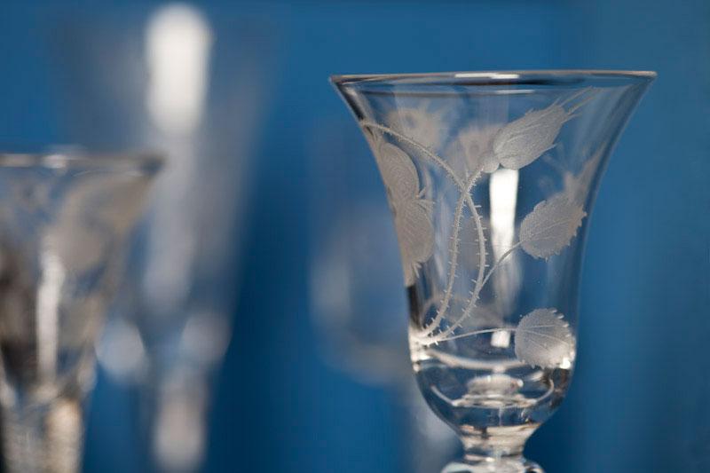 verre à vin orné d'une rose et de deux chardons