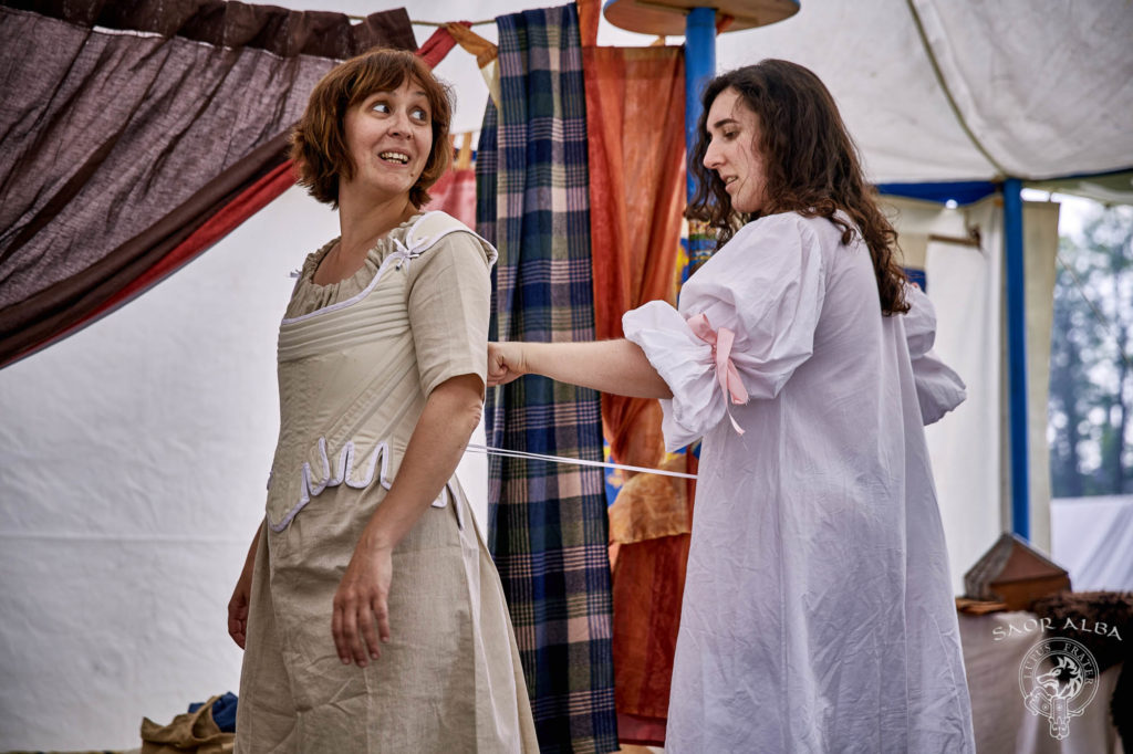 L'habillage des ladies du XVIIIe siècle - Saor Alba à Sully sur Loire - Photo par Vectan Prod